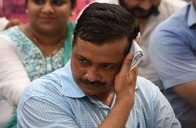 दिल्ली में महिला ने पकड़ी सीएम अरविंद केजरीवाल की शर्ट, फ्री मेट्रो पर राय लेने पहुंचे थे जनता के बीच