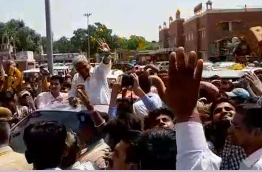केंद्रीय जल शक्ति मंत्री शेखावत का रेलवे स्टेशन से भाजपा कार्यालय तक रोड शो, देखें वीडियो