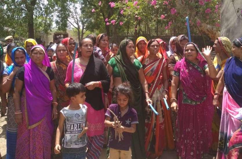 आक्रोश ऐसा कि हाथों में पानी के पाइप और लोहे की सांकल लेकर जलदाय कार्यालय पहुंची महिलाएं