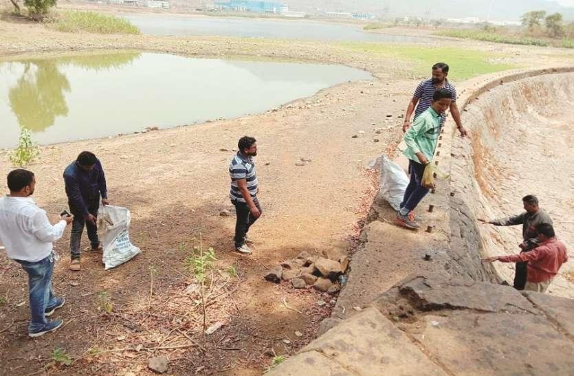 नदी किनारे स्वच्छता अभियान