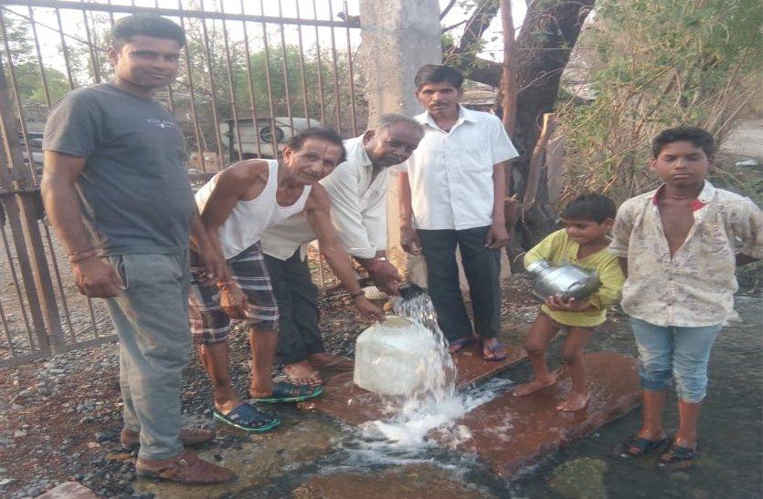 video: गांव के सूखे जलस्रोत, निजी ट्यूबवेलों से बुझा रहे प्यास, मवेशियों के लिए भर दी नदी