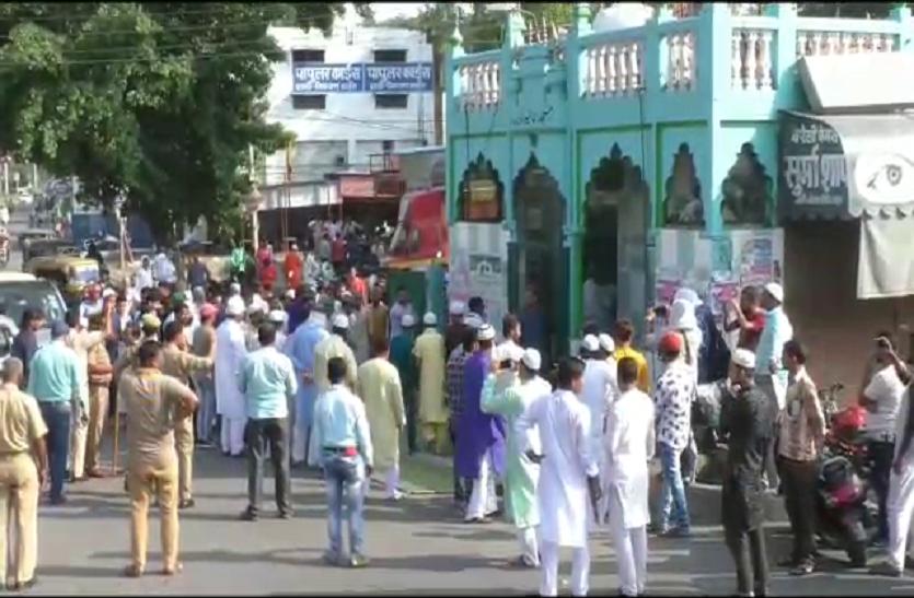 यूपी के इस शहर में सड़क पर नमाज पढ़ने को लेकर हंगामा, पुलिस ने दर्ज किया मुकदमा