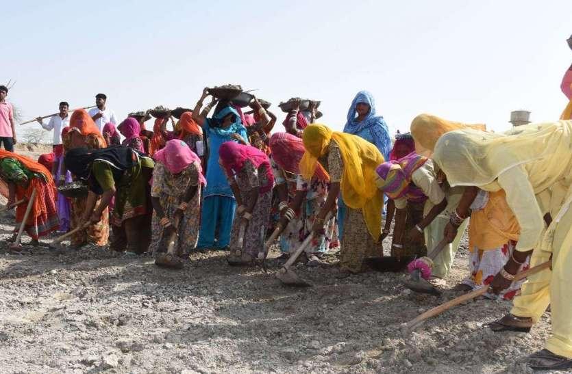 अमृतं जलम् अभियान : यहां महिलाओं ने मंगल गीतों के साथ घूंघट में किया श्रमदान, देखें तस्वीरें...