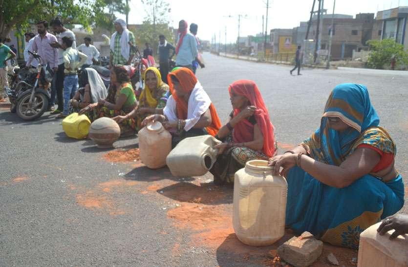 मटका व खाली बर्तन सड़क पर रख किया चक्काजाम, टैंकर से पानी सप्लाई के आश्वासन पर हटे लोग