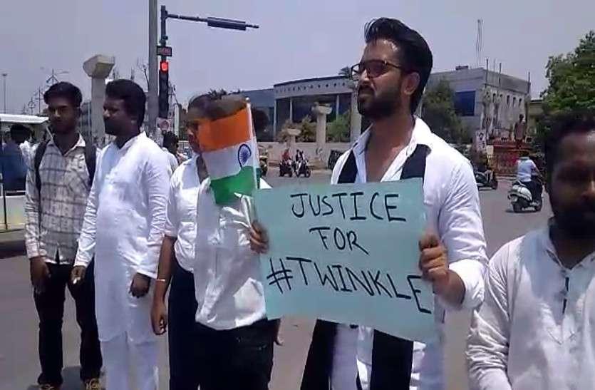 तपती गर्मी में बीच सड़क पर खड़े होकर युवक मांग रहा ट्विंकल के लिए न्याय