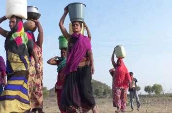 सरकारी उपेक्षा झेल रहे आदिवासी समुदाय के लिए जीवन जीना हुआ मुश्किल, पीने को पानी और रहने को नहीं है घर