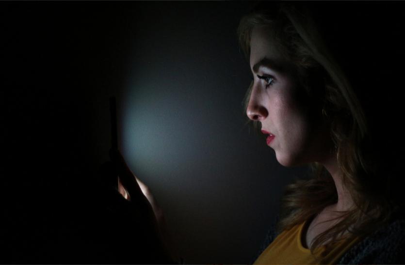 मोबाइल स्क्रीन की रोशनी कहीं कर न दे आपके जीवन में अंधेरा