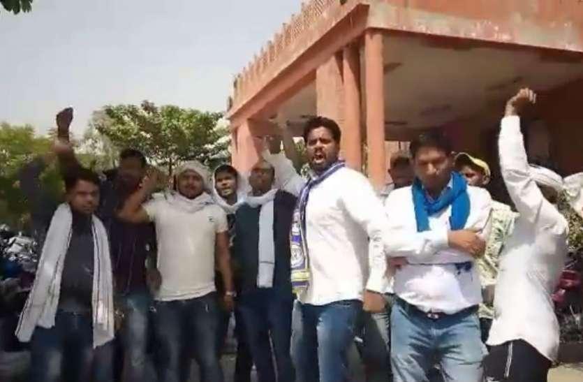 VIDEO बसपा की समीक्षा बैठक में जमकर मारपीट, कॉर्डिनेटरों पर दलाली के आरोप, रुपए लेकर बांटे जा रहे पद