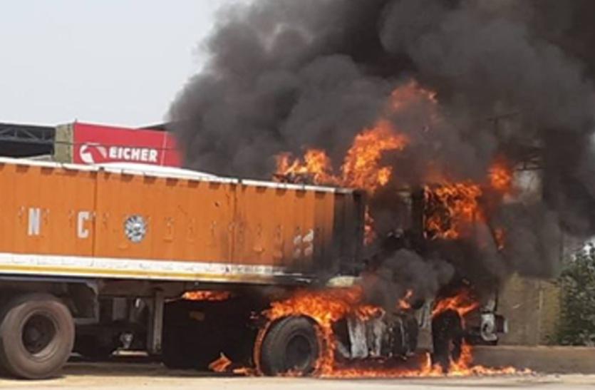 इंसानों के साथ अब वाहनों पर टूटा गर्मी का कहर, सड़क पर खड़े 4 वाहनों में लगी भीषण आग, दिनभर दौड़ती रही दमकल