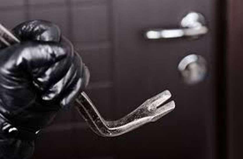 चोरों ने खिड़की तोड़कर नकदी व आभूषण चुराए