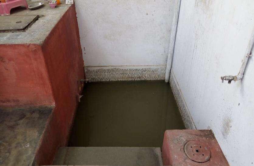 सिवरेज का दूषित पानी घुसा घरों में