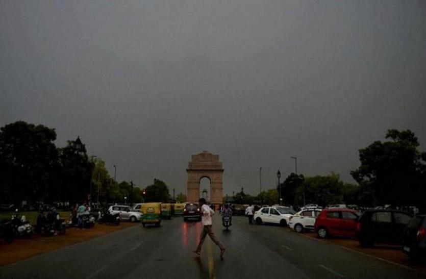 दिल्ली में बदला मौसम का मिजाज, कई इलाकों में तेज हवाओं के साथ बूंदाबांदी