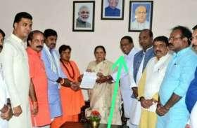 भोपाल रेप केस: बीजेपी नेता ने राज्यपाल को हंसते हुए सौंपा ज्ञापन, कार्यकर्ता ने पूछा- शादी का कार्ड दे रहे हैं क्या