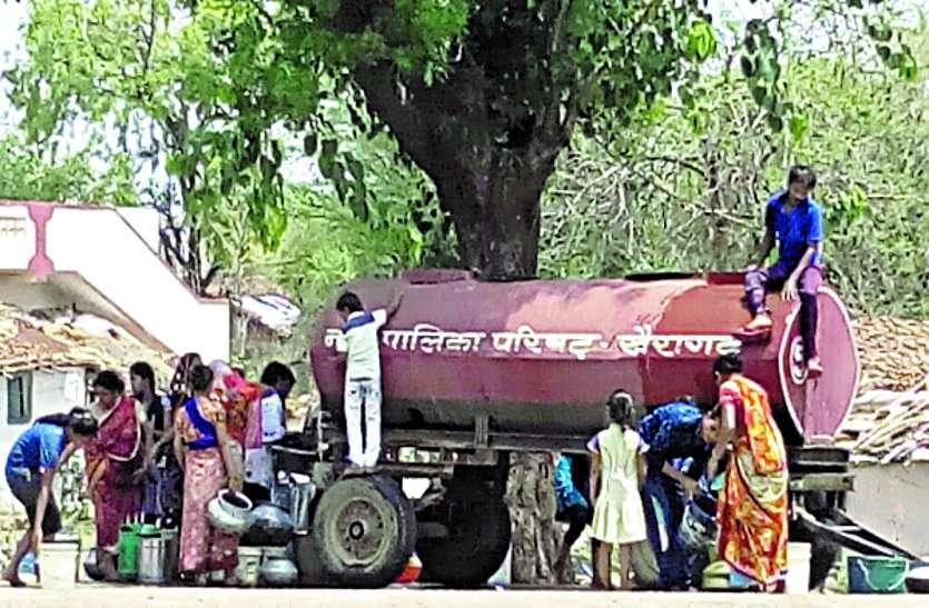 कहने को तो झीलों की नगरी लेकिन यहां एक माह में तीस लाख रुपए के टैंकर मंगवाते हैं लोग