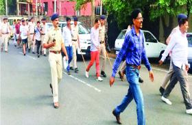 पुलिस ने बदमाशों को गिरफ्तार कर निकाला जुलूस