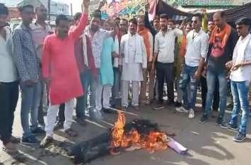 video : दुष्कर्म पर आक्रोश : घसीटते हुए लाए और सरे बाजार लगा दी आग...