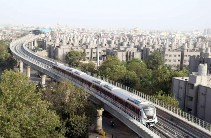 मेट्रो ट्रेन दौड़ाने में काटे 1500 पेड़