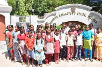स्कूल में मूलभत सुविधाओं की मांग को लेकर विद्यार्थियों ने कलक्टर को दिया ज्ञापन