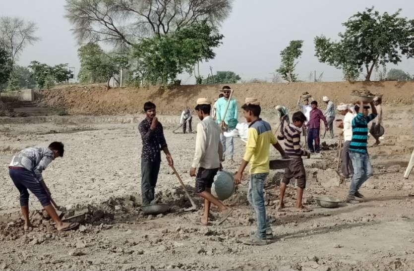 अमृतम् जलमंः पानी बचाने को शुरू हुई मुहिम, हाथ से हाथ मिला तो आगे बढ़ गया कारवां, देखें वीडियो