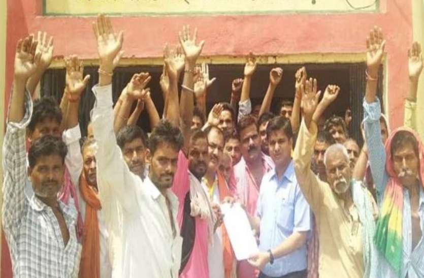 प्रधान ने घरों में लगवा दी हैं सरकारी सोलर लाइट्स, नाराज ग्रामीणों ने किया प्रदर्शन