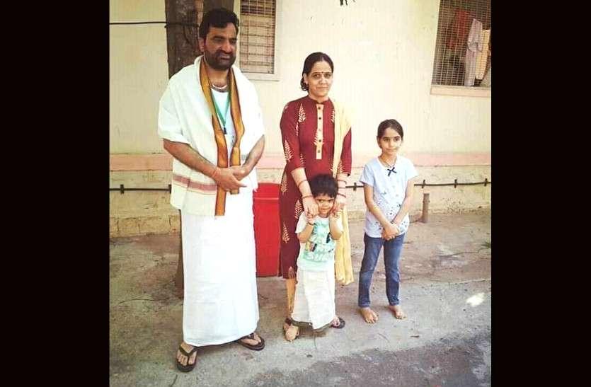 पेंट-बुशर्ट वाले हनुमान बेनीवाल का न्यू लुक, धोती-अंगवस्त्र के साथ परिवार संग खिंचवाई फोटो