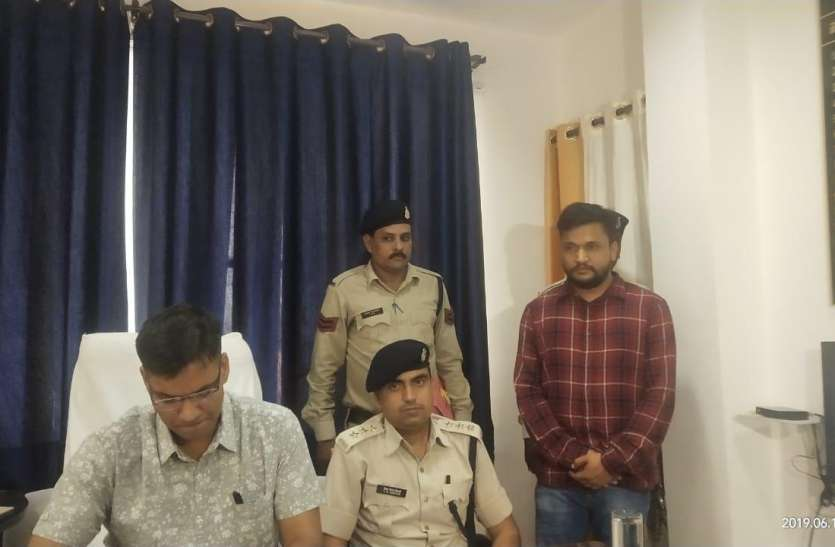 एटीएम फ्रॉड केसों में पुलिस को बड़ी सफलता, आरोपी रिजवाल अंसारी पकड़ाया, हर महिनें करीब डेढ़ करोड़ रुपए का चूना लगा देता था