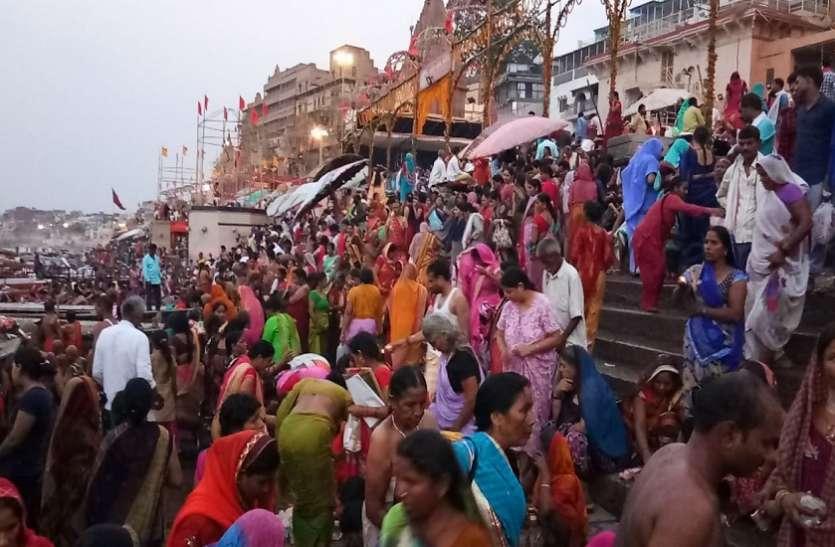 गंगा दशहरा पर भक्तों ने लगायी आस्था की डुबकी
