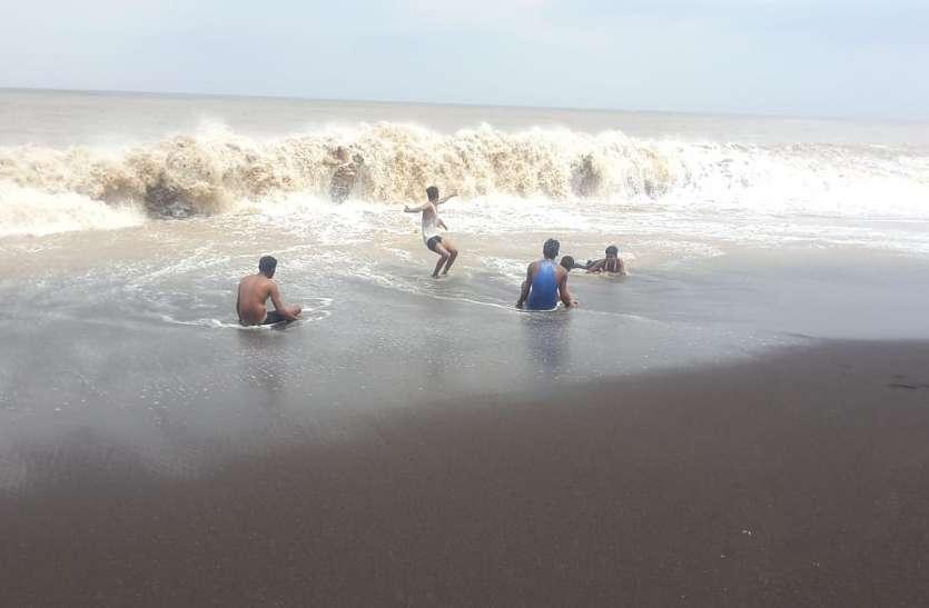 दमण के समुद्र तट पर नहाते पर्यटकों को निकाला, पुलिस तैनात