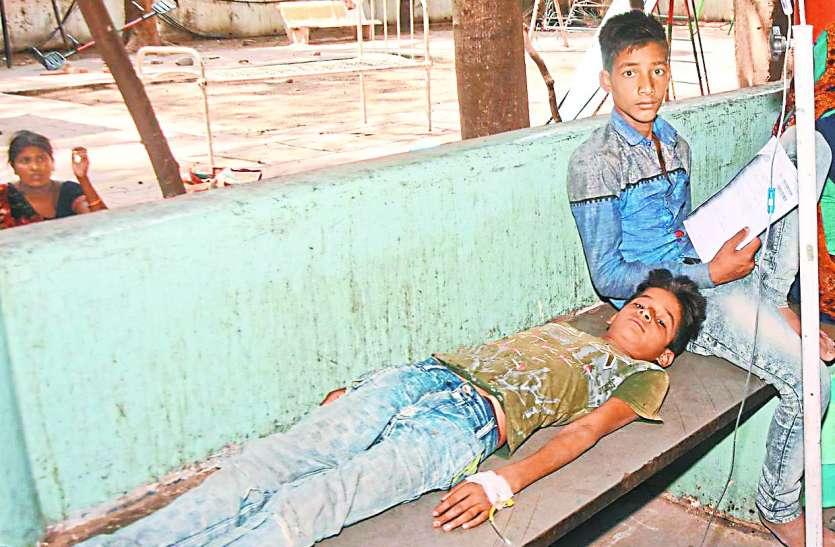 नहीं सुने रहे एसी में बैठे अफसर: तपती धूप में बैठा मासूम हुआ बीमार, भर्ती होने के बाद फिर बैठा धरने पर
