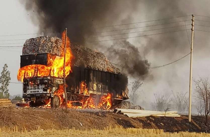 सोनभद्र में चलती ट्रक में लगी आग, लाखों का तेंदू पत्ता जलकर राख