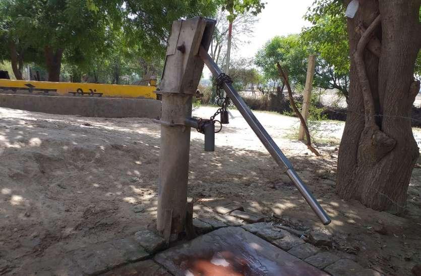 यूपी के इस शहर में हैंडपम्प पर ताला, है कोई देखने वाला, देखें वीडियो