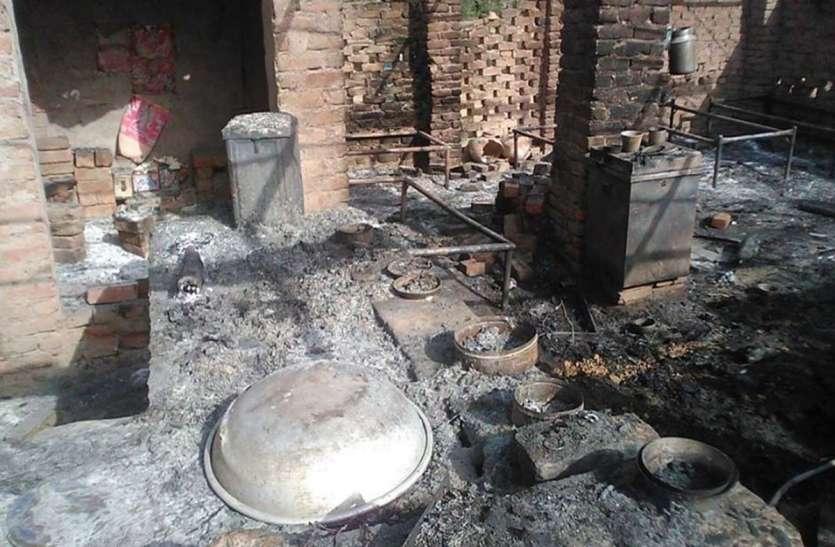 होटल में लगी आग से सामान जलकर हुआ खाख