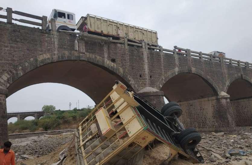 ट्रैलर की टक्कर से पुलिया से नदी में गिरी ट्रैक्टर ट्रॉली, चालक की मौत..