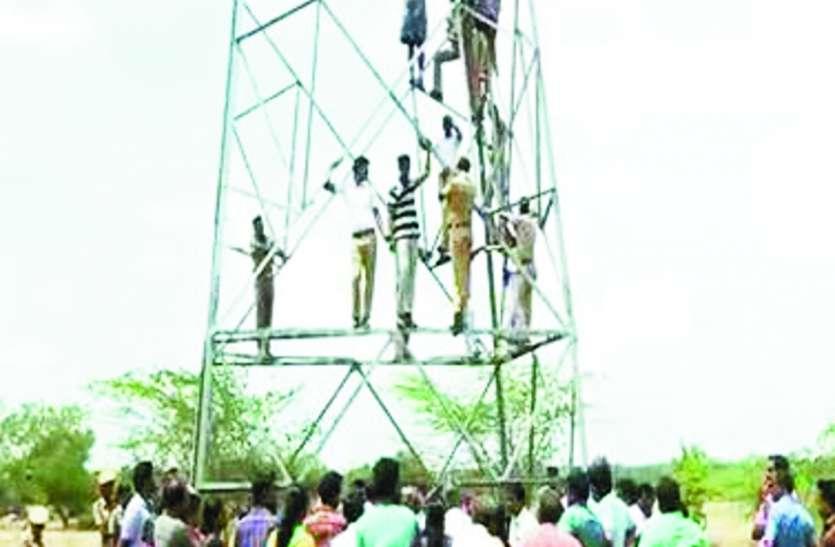 आखिर हाई वोल्टेज टावर पर क्यों चढ़े तमिलनाडु के किसान