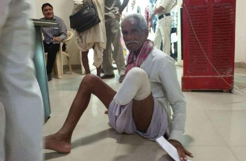 गुना जनसुनवाई में वृद्ध व विकलांग फरियाद सुनाने घंटों खड़े रहे लाइन में