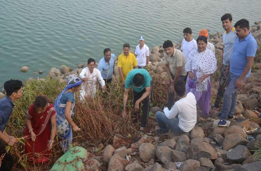 पत्रिका अभियान में श्रमदान करने पहुंचे विधायक ने कहा तालाब के सौंदर्यकरण के लिए सात दिन आ जाएगी टीएस