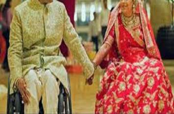 घायल दूल्हे की व्हीलचेयर को धक्का लगाते हुए दुल्हन ने लिए विवाह के फेरे