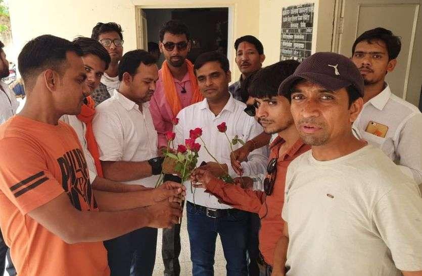 बिजली कटौती पर एईएन को दिए गुलाब के फूल