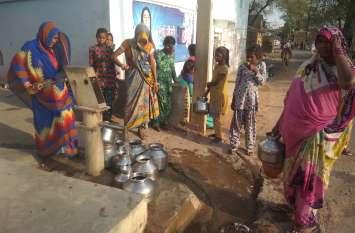 बुंदेलखंड में गहराया पेयजल संकट-१०० रुपए देने के बाद २ किमी का सफर