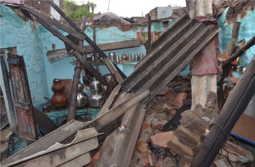 video: तेज आंधी, बारिश से धराशाही हुए दो मकान, मलबे में दबी वृद्ध महिला को आईं गंभीर चोटें