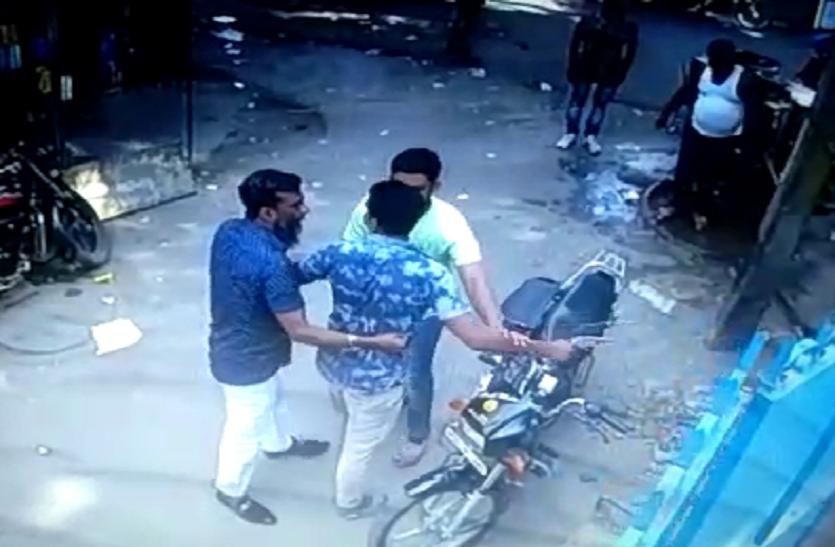 यूपी में बदमाशों के हौसले बुलंद, तमंचा लहरा कर व्यापारी से मांगी रंगदारी- देखें वीडियो
