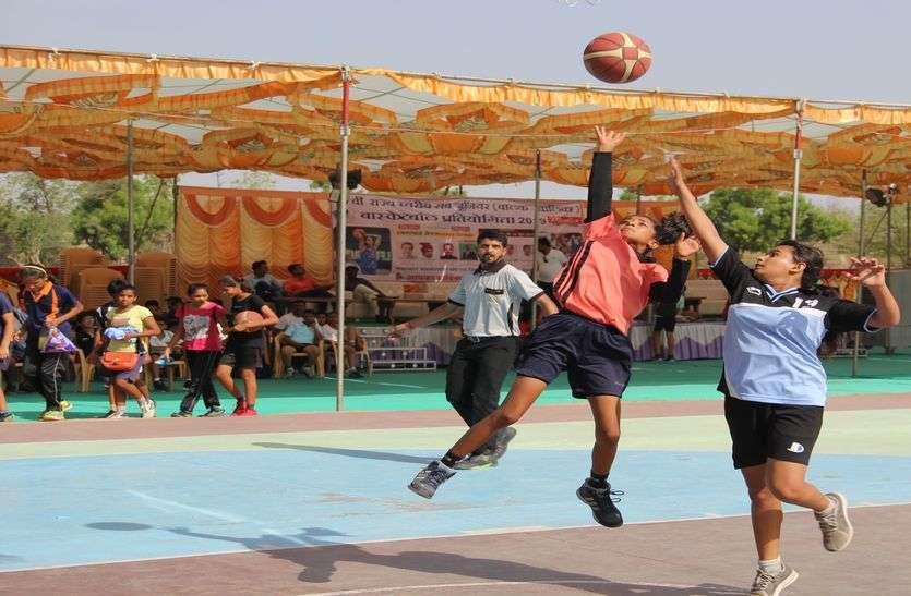 बास्केटबॉल मैदान में पवन की तरह उड़ते हैं ये खिलाड़ी, देखें पत्रिका की लाइव तस्वीरें...