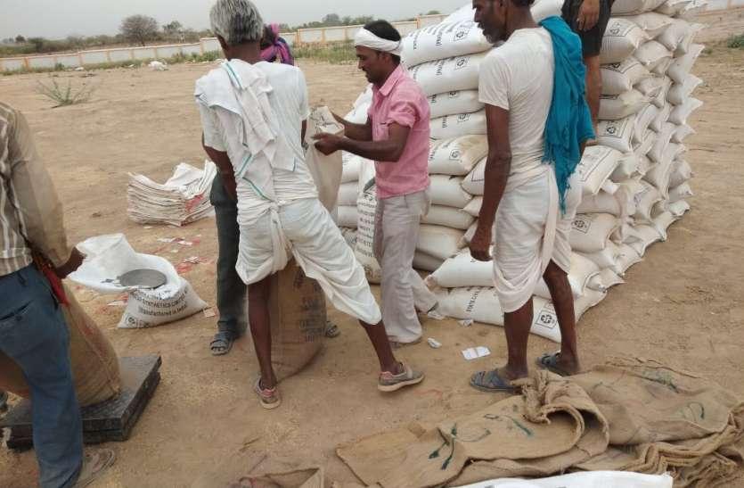 46 किसानों ने खरीद केन्द्र पर गेहूं बेचा,अब भुगतान के लिए लगा रहे चक्कर
