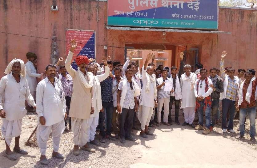थाने के सामने ग्रामीणों का प्रदर्शन, मंदिर के रास्ते की बहाली की मांग