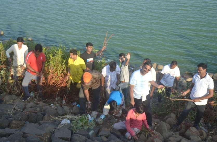 तुलसी सरोवर को स्वच्छ बनाने में जुटे श्रमदानी, कटीली झाडिय़ों को काटकर किया एकत्रित