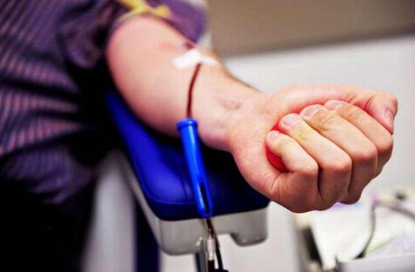 अस्पतालों में आई खून की कमी तो आगे आई शहर की महिलाएं और युवा, किया रक्तदान