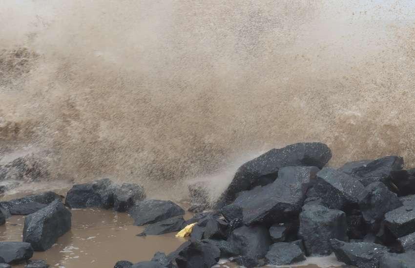 गुजरातः किनारे पर चट्टान से टकाराती समुद्र की ऊंची लहरें