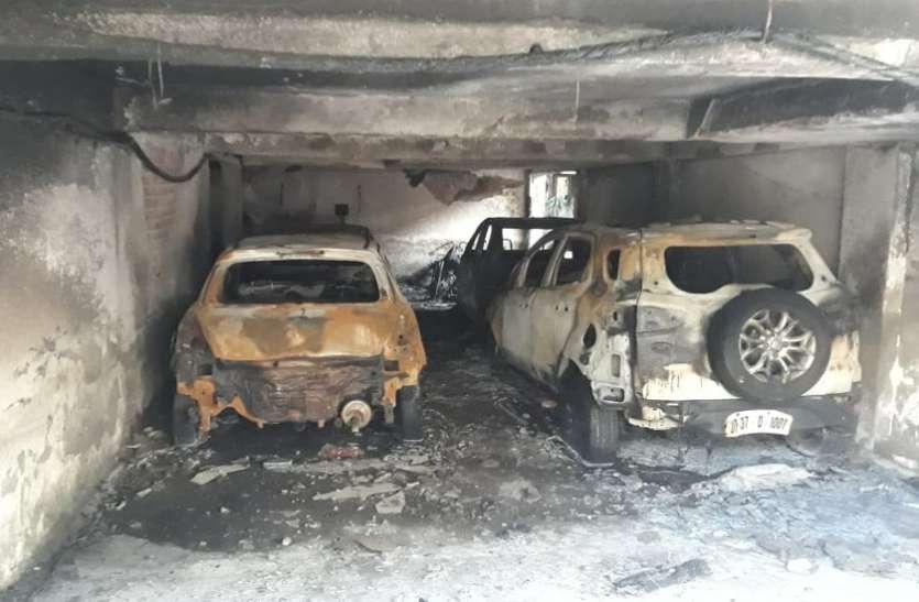 बहुमंजिला इमारत में भीषण आग, लोगों ने छत पर चढ़कर बचाई जान, पार्किंग में खड़े सभी वाहन जलकर राख