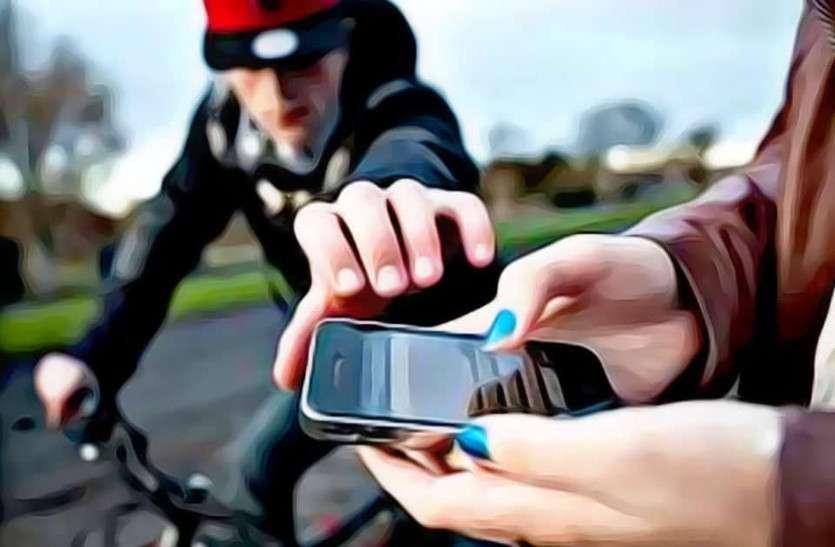 सावधान सड़क पर नहीं निकाले मोबाइल, जयपुर में घूम रही है गैंग, झपट्टा मार पलक झपकते ही ले जाते हैं मोबाइल