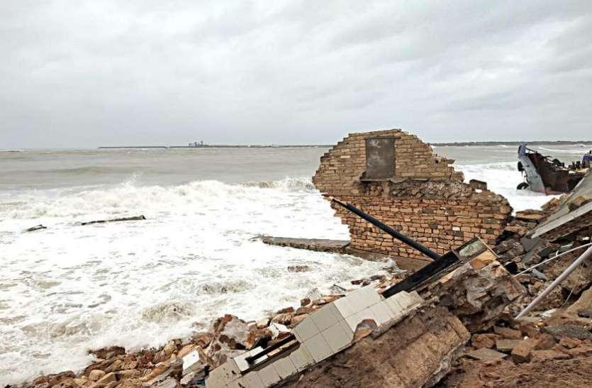 पोरबंदर :समुद्रतट पर बंधी २५ से अधिक बोट लहर के साथ समुद्र में